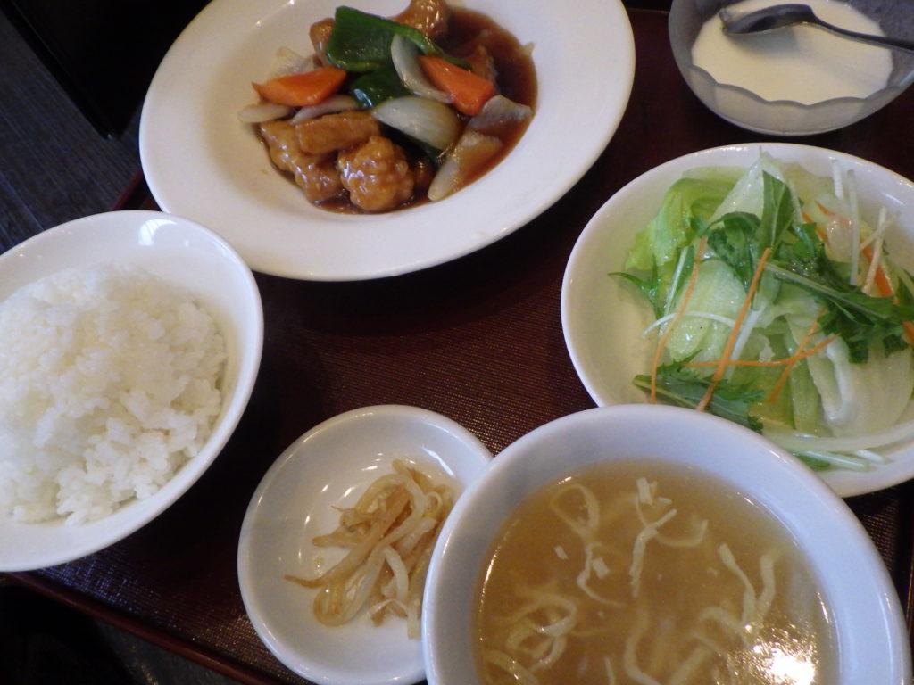 サービスランチの「酢豚定食」